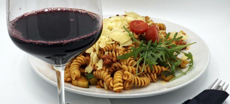 Salsiccia Nudeln und ein Glaesschen Wein.